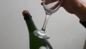 Sektflasche mit einem Glas öffnen