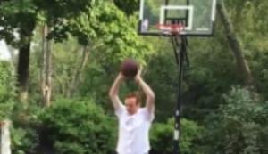 Trickshot mit dem Basketball