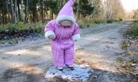 Kind steht das erste mal auf dem Eis