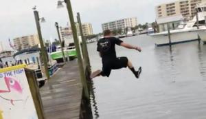 Vom Steg ins Wasser springen