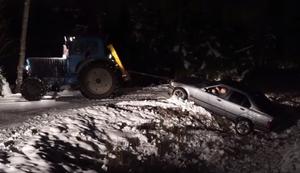 Traktor zieht BMW zurück auf die Straße