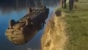 Auto aus einem See bergen