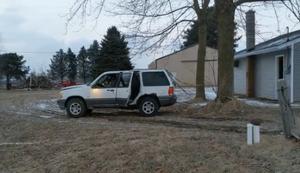 Auto an den Baum gebunden