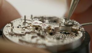 Eine handgefertigte Luxus-Uhr entsteht