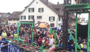 Karnevalswagen mit Mini-Achterbahn
