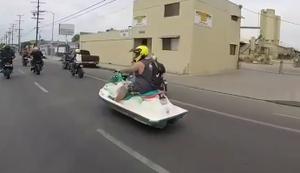 Mit dem Jetski durch die Straßen