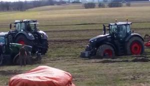 Traktor aus dem Dreck ziehen