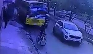 Radfahrer legt sich mit Busfahrer an