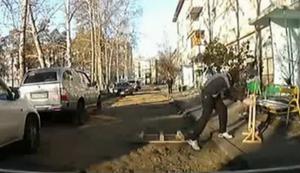Igor r�umt den Weg frei