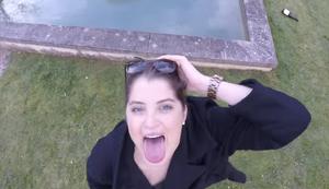 Der Drohne die Zunge rausstrecken