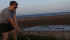 Am Strand den Golfschläger schwingen