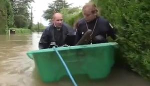 Franz�sische Polizei beim Hochwassereinsatz