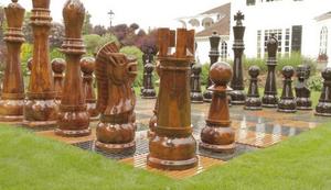 Gigantisches Schachspiel aus Teakholz