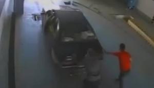 Auto aus der Halle schieben