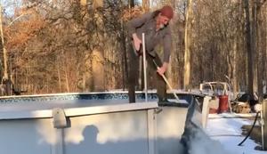 Auf riesiger Eisscholle surfen