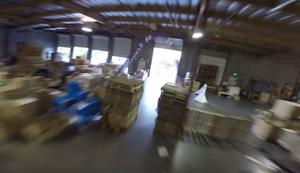 Drohnenrennen durch eine Lagerhalle