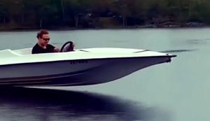 Mit dem Boot übers Wasser fliegen