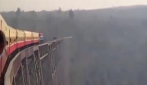 Mit dem Zug über eine alte Brücke