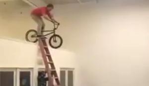 Mit dem BMX-Rad auf der Leiter