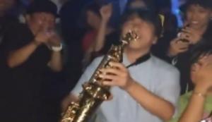 Mit dem Saxophon in den Club