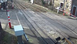 Total entspannt die Gleise überqueren