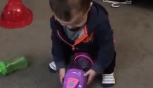 Kind vs Spielzeug-Staubsauger