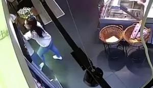 Flasche aus dem Regal nehmen